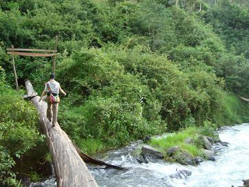 Esther Crossing el rio!